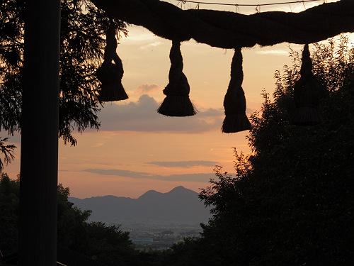鳥居の間から二上山を臨む『檜原神社』と『井寺池』@桜井市