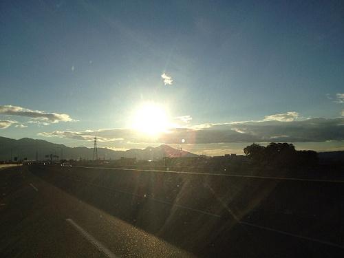大和高田バイパスからみた「二上山」。紅葉の風景も