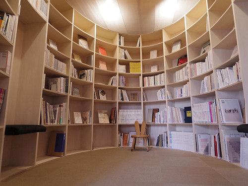 読書室がすごい!奈良町南観光案内所『鹿の舟 繭 Mayu』@奈良市