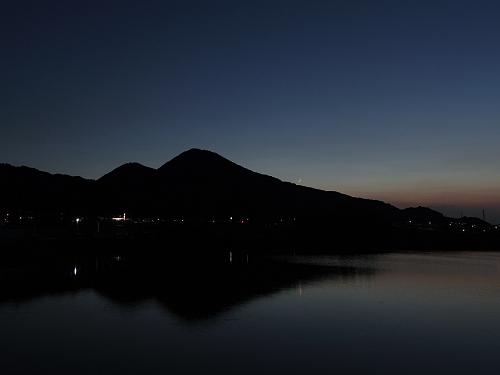 水田に映った二上山。三日月が沈む二上山 @香芝市