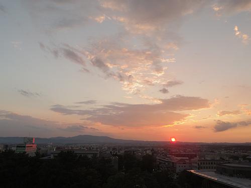 『奈良県庁舎屋上広場』から見た生駒山系に沈む夕陽