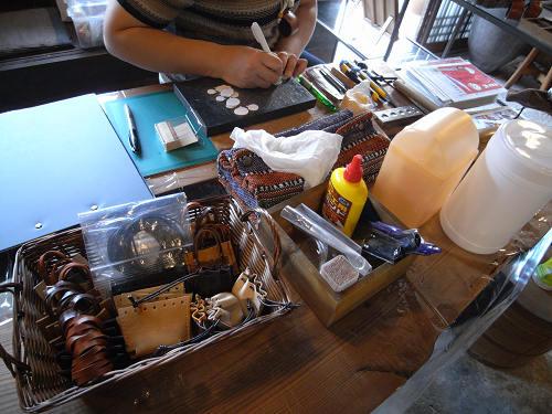 【革で作るミニバッグ型チャーム】ワークショップ初日終了-02