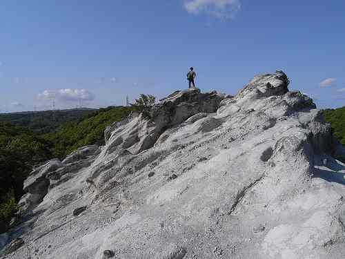 真っ白い凝灰岩が波打つ奇勝『どんづる峯』@香芝市